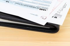 Formulário de declaração de rendimentos individual pelo IRS, conceito da renda para a tributação, com espaço da cópia fotos de stock