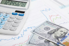 Formulário de imposto 1040 do Estados Unidos da América com calculadora e dólares americanos foto de stock