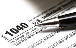 Formulário de imposto dos E.U. 1040 com pena Fotos de Stock