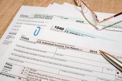 Formulário de imposto de 1040 E.U. por 2016 anos com pena Fotos de Stock Royalty Free
