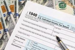 formulário de imposto 1040 em nós dinheiro Foto de Stock Royalty Free