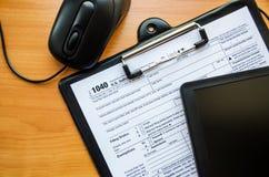 Formulário de imposto 1040 em uma tabela de madeira imagem de stock
