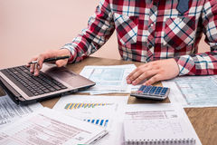 Formulário de imposto de enchimento do homem com relatório comercial, Fotografia de Stock