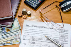 Formulário de imposto 1040 para 2016 com pena, vidros, dólares Imagens de Stock Royalty Free