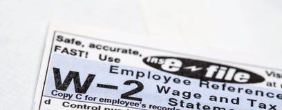 Formulário de imposto W-2 com anúncio do e-arquivo imagens de stock royalty free
