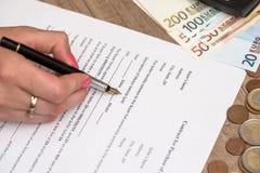 Formulário do contrato do carro com pena, calculadora e euro imagem de stock