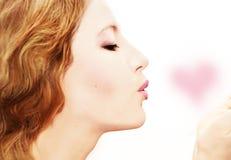 Formulário do coração do beijo da mulher bonita Fotografia de Stock