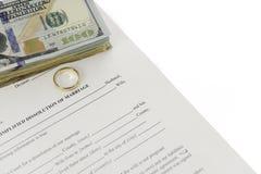 Formulário do divórcio com a pilha de cem dólares de contas Fotos de Stock Royalty Free