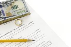 Formulário do divórcio com pilha de cem dólares de contas e de um lápis Fotografia de Stock Royalty Free