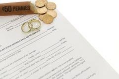 Formulário do divórcio com rolo aberto das moedas de um centavo Fotos de Stock Royalty Free