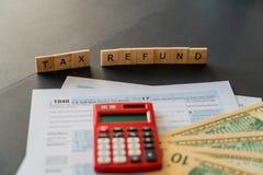 Formulário e calculadora de imposto dos E.U. com usado para calcular o reembolso de imposto imagens de stock royalty free