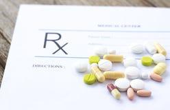 Formulário e medicinas da prescrição na mesa Imagem de Stock