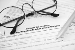 Formulário e vidros individuais de declaração de rendimentos da renda imagens de stock