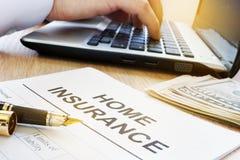Formulário home do seguro em uma tabela fotografia de stock