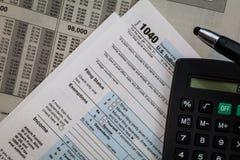 Formulários da preparação do imposto com pena e calculadora Fotos de Stock Royalty Free
