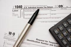 Formulários de imposto de enchimento 1040 Foto de Stock Royalty Free