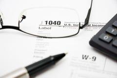 Formulários de imposto de enchimento 1040 Fotos de Stock