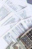 Formulários de imposto dos E.U. Fundo dos formulários de imposto O conceito do pagamento do imposto fotos de stock royalty free