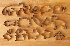 Formulários diferentes da cookie no fundo de madeira fotos de stock royalty free