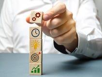 Formulários do homem de negócios uma estratégia empresarial O conceito de desenvolver tecnologias inovativas Plano de ação, gestã foto de stock
