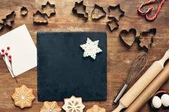 Formulários e ingredientes para cookies do Natal imagem de stock royalty free