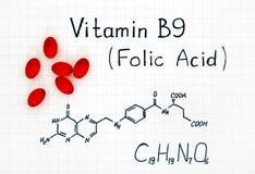 Formula chimica dell'acido folico della vitamina B9 con le pillole rosse immagini stock libere da diritti