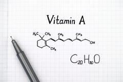 Formula chimica di vitamina A con la penna fotografia stock