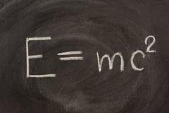Formula del Albert Einstein E=mc2l sulla lavagna fotografie stock