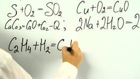 Formula di chimica sul bordo bianco stock footage