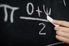 Formula di per la matematica di scrittura della mano sulla lavagna Immagini Stock Libere da Diritti