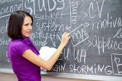 Formula di scrittura della ragazza allo scrittorio Immagine Stock Libera da Diritti