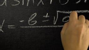 Formula di trigonometria scrivere una formula matematica su un bordo video d archivio