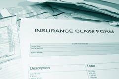 Formulaire de réclamation et factures d'assurance Photos stock