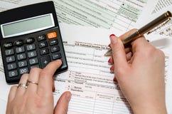 Formulario de impuesto de relleno femenino 1040 Imágenes de archivo libres de regalías