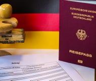 Formulario de inscripción alemán de pasaporte con el pasaporte fotos de archivo
