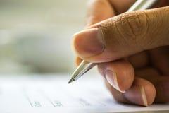 Formulario de inscripción de relleno de la mano del hombre imagen de archivo libre de regalías