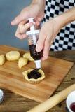 Formulario de relleno de la pasta del cocinero con el chocolate imágenes de archivo libres de regalías