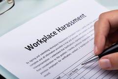 Formulario de relleno del acoso del lugar de trabajo de la mujer imágenes de archivo libres de regalías