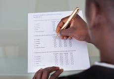 Formulario del relleno del hombre de negocios Imágenes de archivo libres de regalías