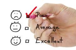 Formulario di valutazione di servizio di assistenza al cliente con il segno di spunta su povero fotografie stock