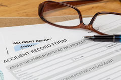Formulario y pluma de inscripción del informe de accidente en sobre marrón y e Imagen de archivo libre de regalías