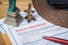 Formulario y sombrero de inscripción de la demanda de seguro del viaje con la lente Foto de archivo libre de regalías