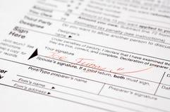 formularzowy śmieszny podpisujący podatek Zdjęcia Royalty Free