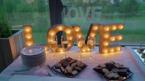 Formulazione del segno di amore con la lampadina stock footage