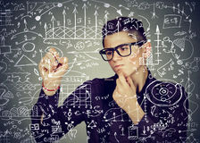 Formule astute di scrittura dell'uomo di affari o calcoli finanziari di scienza fotografie stock libere da diritti