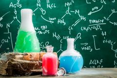 Formule chimique d'essai dans le laboratoire d'école avec des livres photographie stock