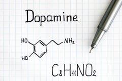 Formule chimique de dopamine avec le stylo photos stock