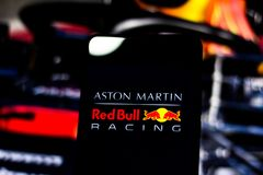 """Formule 1 de """"Aston Martin Red Bull Racing """"de logo d'équipe sur l'écran du périphérique mobile images libres de droits"""