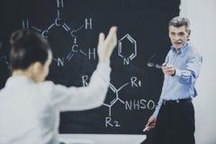 Formule de chimie de professeur Ask Student About photographie stock