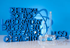 Formule de la science de chimie, verrerie de laboratoire photos stock